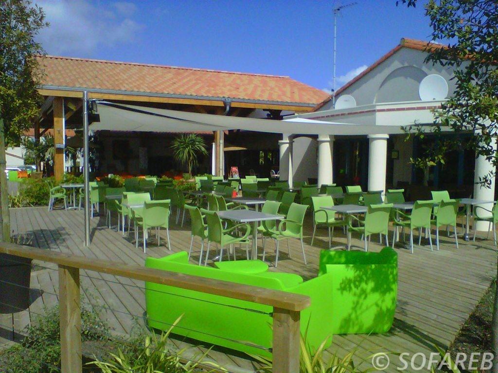 Voiles d'ombrages blanches conçues sur-mesure pour la terrasse d'un restaurant en Vendée