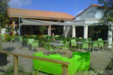 Voile d'ombrage blanc terrasse restaurant moderne