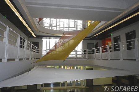 Voiles d-ombrage jaune orange et un gros blanc interieur
