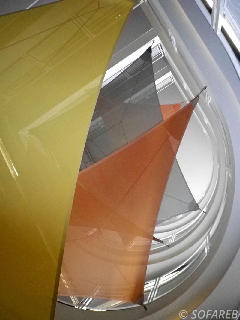 Vue en contre-plongée de plusieurs voiles d'ombrage d'intérieures triangulaires et rectangulaires