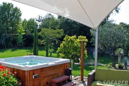 Voile d-ombrage blanc terrasse devant jacuzzi
