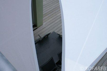 Voile d-ombrage gris au dessus de terrasse