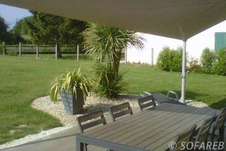 voile-d'ombrage-qualite-professionnelle-particulier-sur-mesure-mesures-demande-vendée-qualité-france-française-Sofareb-local-expérience-particuliers-professionnels-protection-solaire-terrasse-exterieur-design-moderne-jardin-ombre-ombrage-architecte-shadesail-terrasse-marron