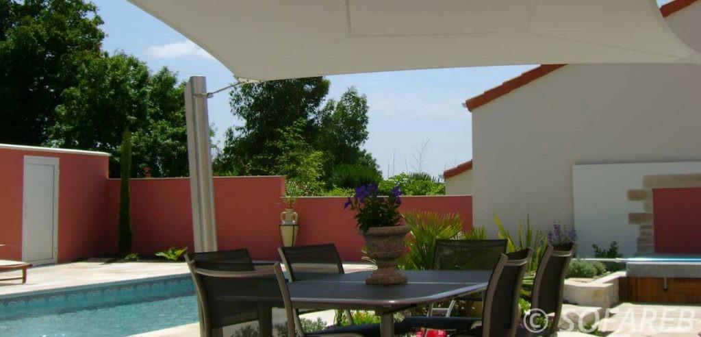 Conception par sofareb d-une voile dombrage rectangulaire posée au dessus d-une terrasse et a coté d-une piscine