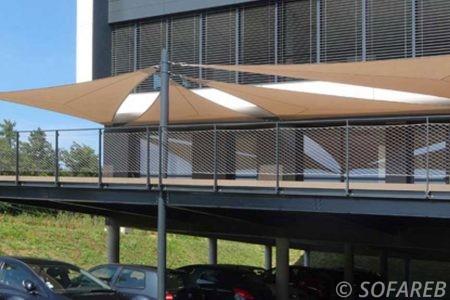 Voile d-ombrage marron balcon immeuble