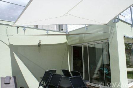 Voile d-ombrage blanc au dessus d-une terrasse