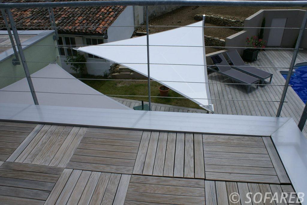 Voile dombrage triangulaire blanche vue depuis une terrasse surelevée