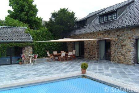 Voile d-ombrage beige terrasse bord de piscine