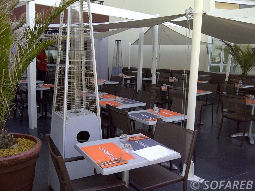 Voiles dombrage blanches et de forme triangulaires qui couvrent la terrasse dun restaurant