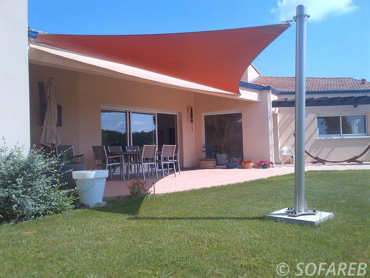 Grande voile dombrage triangulaire orange dans un jardin vendeen