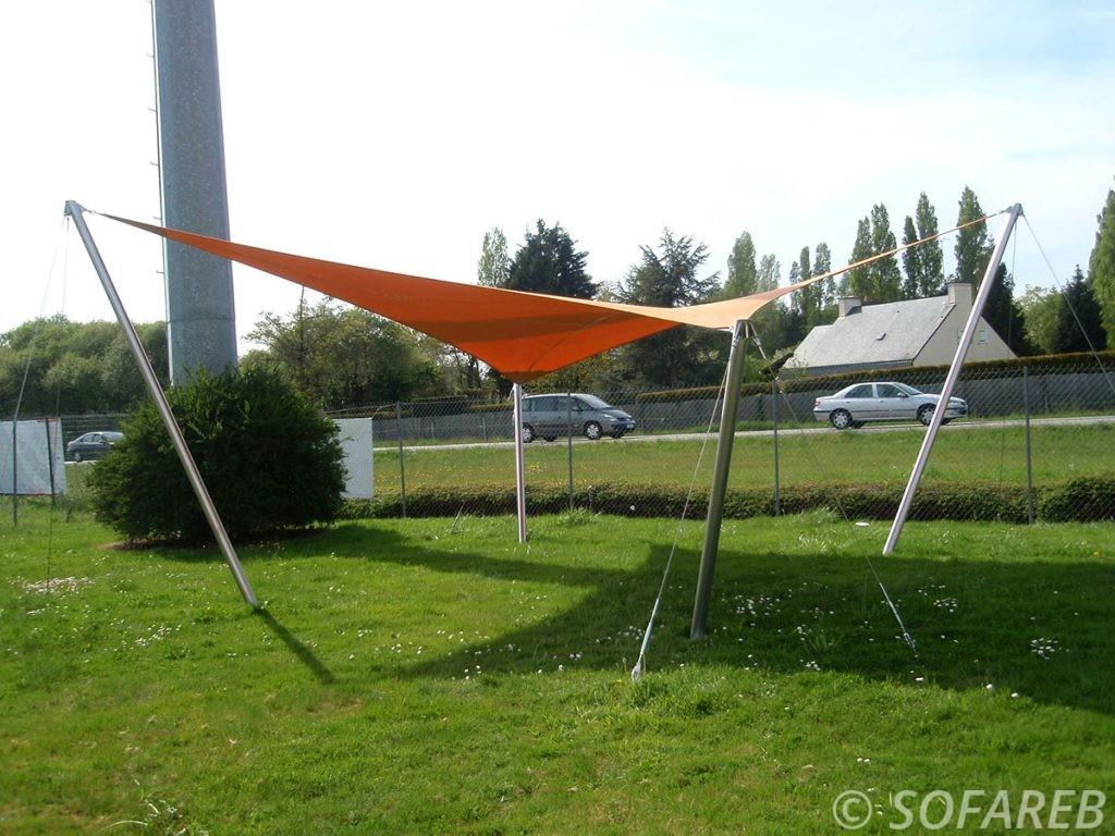 Voile dombrage double courbure orange accrochée à quatre mats, concu sur-mesure par Sofareb