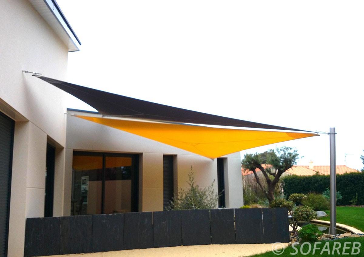 voile-d'ombrage-qualite-professionnelle-particulier-sur-mesure-mesures-vendée-qualité-france-française-Sofareb-local-expérience-particulier-professionnels-protection-solaire-terrasse-exterieur-design-moderne-jardin-ombre-ombrage-architecte-shadesail-jaunte-noire