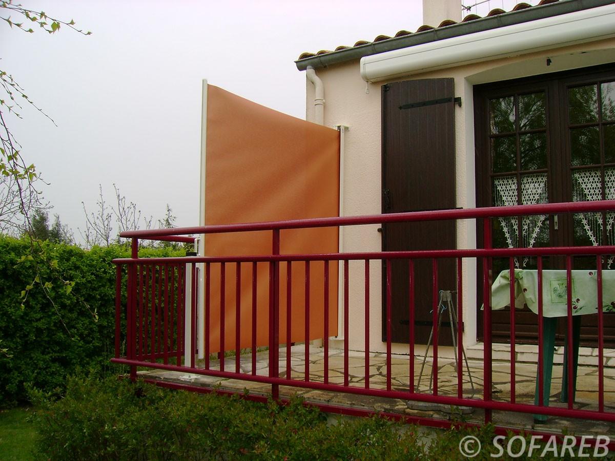 coupe-vent-brise-soleil-brise-vue-bache-sur-mesure-qualite-professionnelle-industriel-sur-mesure-mesures-vendée-bâche-baches-bâches-qualité-france-française-Sofareb-local-expérience-découpe-précision-particulier-professionnels-protection-orange-terrasse-balcon