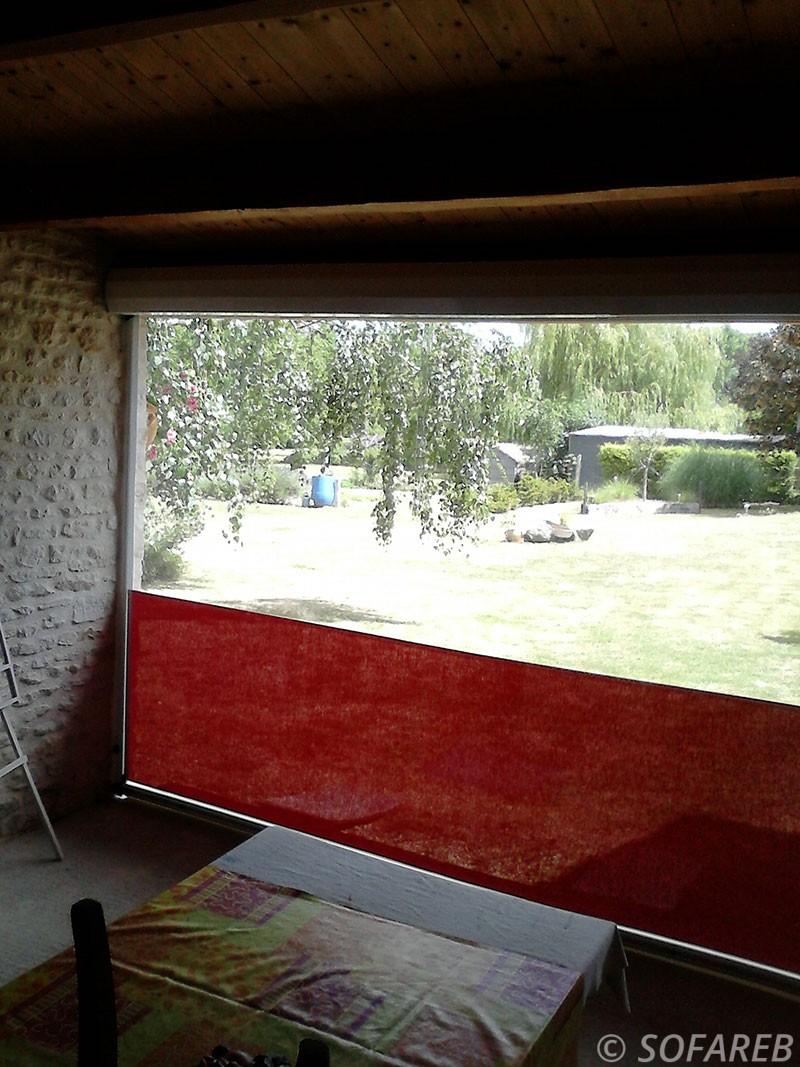 coupe-vent-brise-soleil-brise-vue-bache-sur-mesure-qualite-professionnelle-industriel-sur-mesure-mesures-vendée-bâche-baches-bâches-qualité-france-française-Sofareb-local-expérience-découpe-précision-particulier-professionnels-protection-rouge-garage