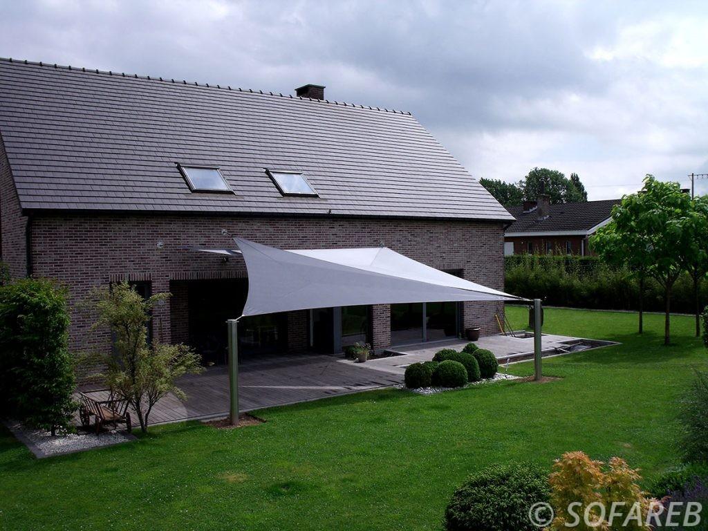 voile-d'ombrage-qualite-professionnelle-particulier-sur-mesure-mesures-vendée-qualité-france-française-Sofareb-local-expérience-particulier-professionnels-protection-solaire-terrasse-exterieur-design-moderne-jardin-ombre-ombrage-architecte-shadesail-gris-blanc