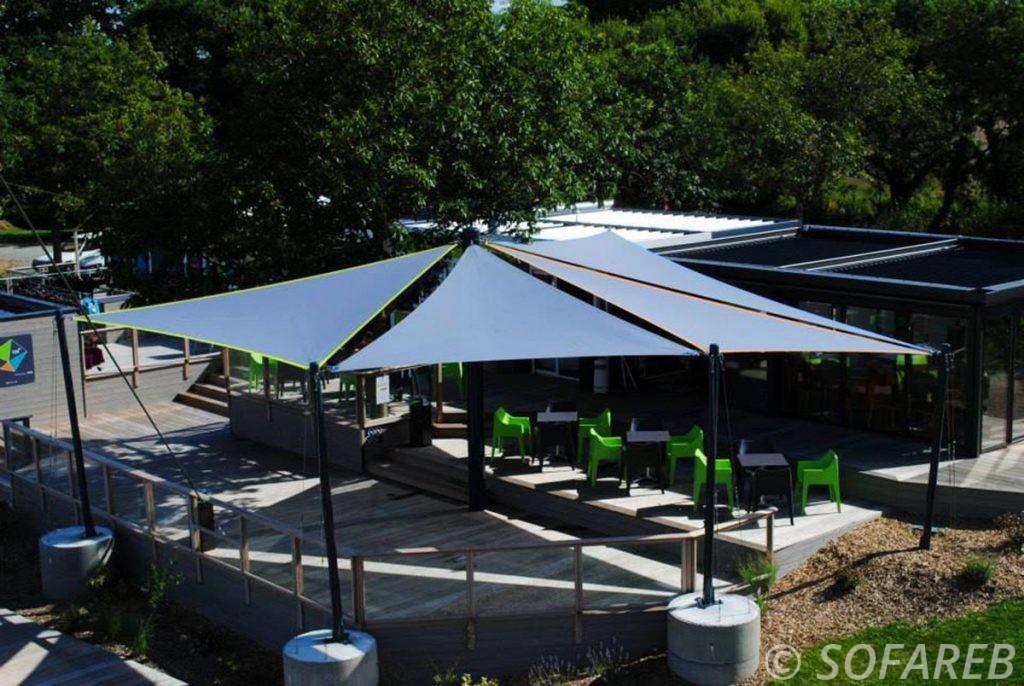 Voiles d'ombrage fabriquées sur-mesure pour la terrasse d'un CHR en Vendée