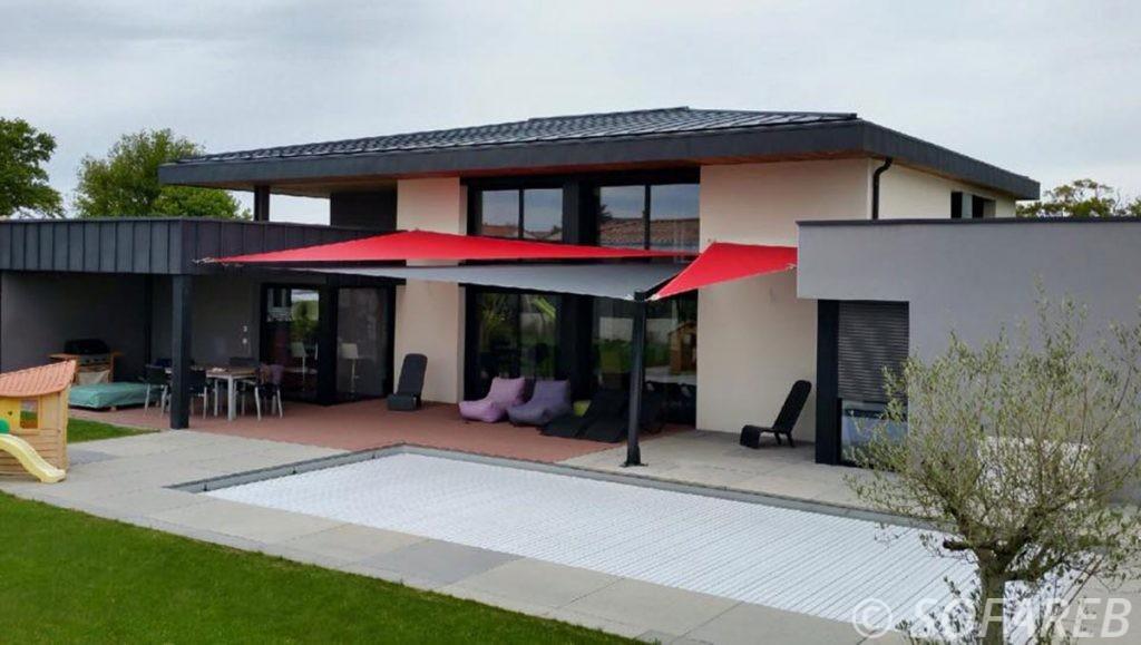 Voiles d-ombrage concues par sofareb avec des tissus serge ferarri et posées au dessus de la terrasse d-une maison design