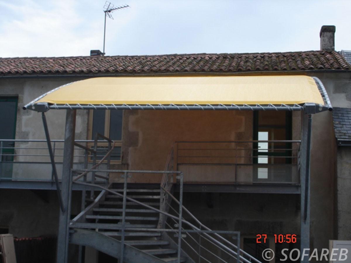 pergola-qualite-professionnelle-particulier-sur-mesure-mesures-vendée-qualité-france-française-Sofareb-local-expérience-structure-particulier-professionnels-protection-solaire-pergola-terrasse-exterieur-design-moderne-jardin-toile-tendue