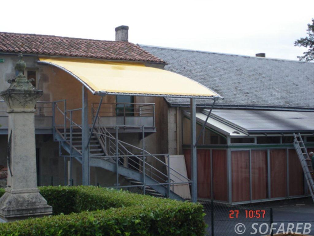 pergola-qualite-professionnelle-particulier-sur-mesure-mesures-vendée-qualité-france-française-Sofareb-local-expérience-structure-particulier-professionnels-protection-solaire-pergola-terrasse-exterieur-design-moderne-jardin-toile-tendue-jaune-ombre-ombrage