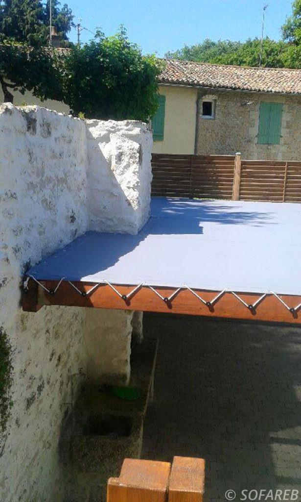 pergola-qualite-professionnelle-particulier-sur-mesure-mesures-vendée-qualité-france-française-Sofareb-local-expérience-structure-particulier-professionnels-protection-solaire-pergola-terrasse-exterieur-design-moderne-jardin-ombre-ombrage-abri-toile-tendue-bleue-dessus-preau