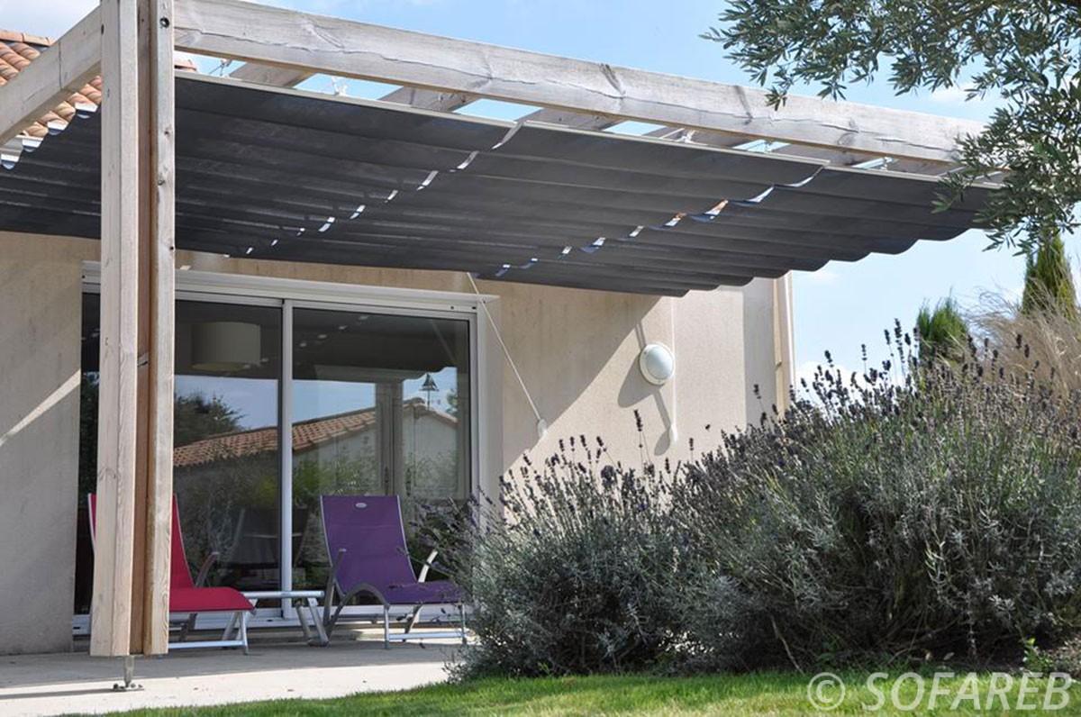 pergola-qualite-professionnelle-particulier-sur-mesure-mesures-vendée-qualité-france-française-Sofareb-local-expérience-structure-particulier-professionnels-protection-solaire-pergola-terrasse-exterieur-design-moderne-jardin-ombre-ombrage-abri-velum-gris