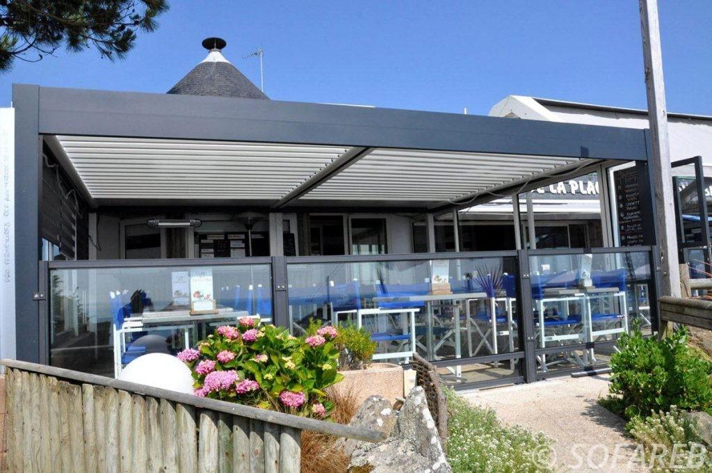 pergola-qualite-professionnelle-particulier-sur-mesure-mesures-vendée-qualité-france-française-Sofareb-local-expérience-structure-particulier-professionnels-protection-solaire-pergola-terrasse-exterieur-design-moderne-jardin-restaurant-plage