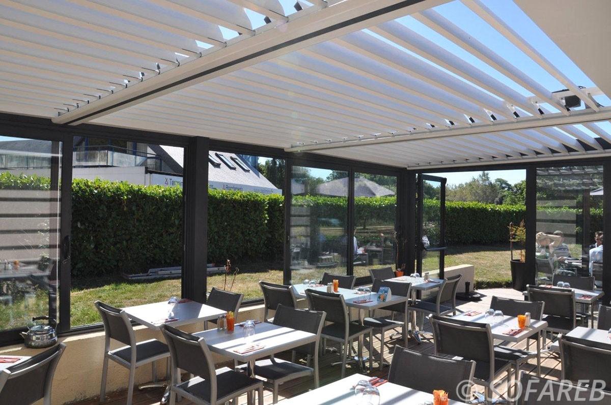 pergola-qualite-professionnelle-particulier-sur-mesure-mesures-vendée-qualité-france-française-Sofareb-local-expérience-structure-particulier-professionnels-protection-solaire-pergola-terrasse-exterieur-design-moderne-jardin-restaurant