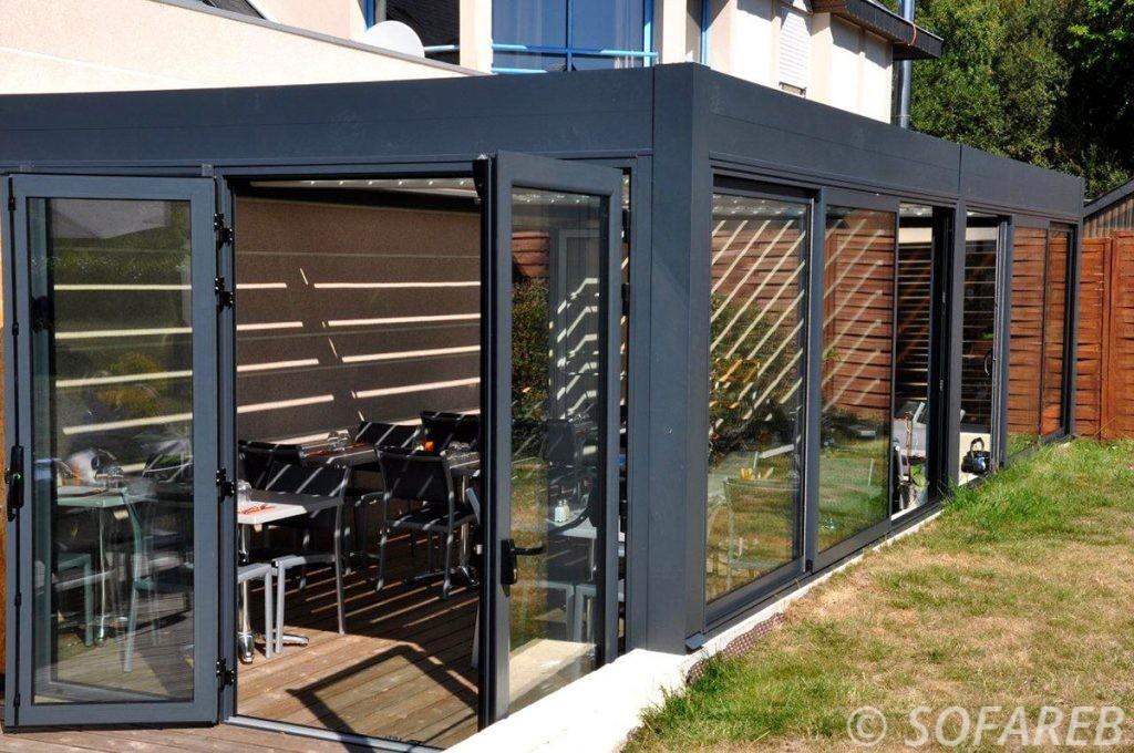 pergola-qualite-professionnelle-particulier-sur-mesure-mesures-vendée-qualité-france-française-Sofareb-local-expérience-structure-particulier-professionnels-protection-solaire-pergola-terrasse-exterieur-design-moderne-jardin-fermée-devanture-façon-veranda