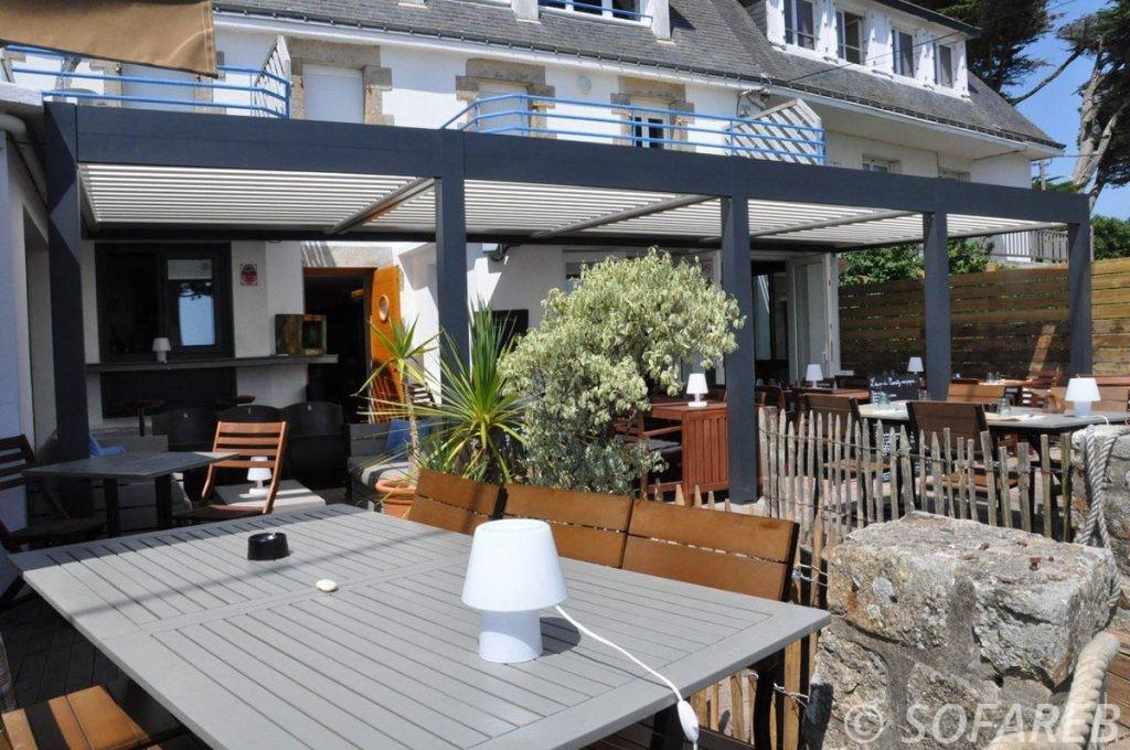 pergola-qualite-professionnelle-particulier-sur-mesure-mesures-vendée-qualité-france-française-Sofareb-local-expérience-structure-particulier-professionnels-protection-solaire-pergola-terrasse-exterieur-design-moderne-jardin-restaurant-professionnel