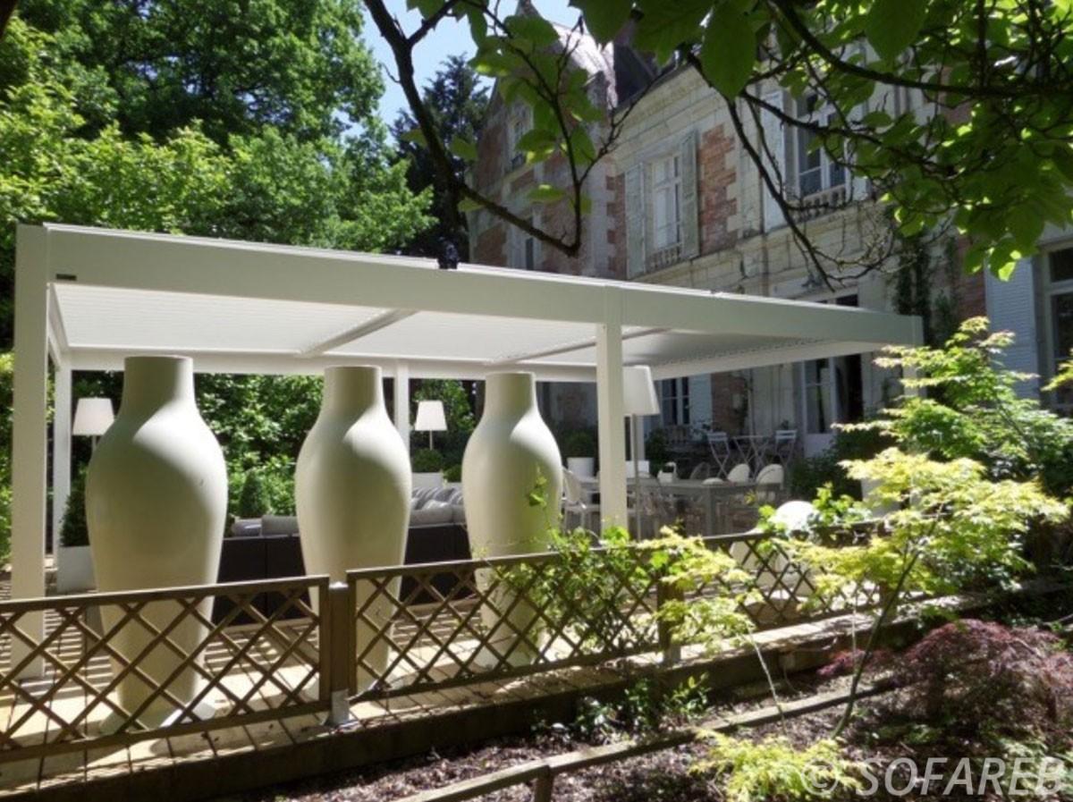 pergola-blanche-architecture-qualite-professionnelle-particulier-sur-mesure-mesures-vendée-qualité-france-française-Sofareb-local-expérience-structure-particulier-professionnels-protection-solaire-pergola-terrasse-exterieur-design-moderne-jardin-ombre-ombrage-abri