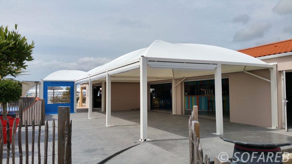 pergola-qualite-professionnelle-particulier-sur-mesure-mesures-vendée-qualité-france-française-Sofareb-local-expérience-structure-particulier-professionnels-protection-solaire-pergola-terrasse-exterieur-design-moderne-jardin-ombre-ombrage-abri-camping