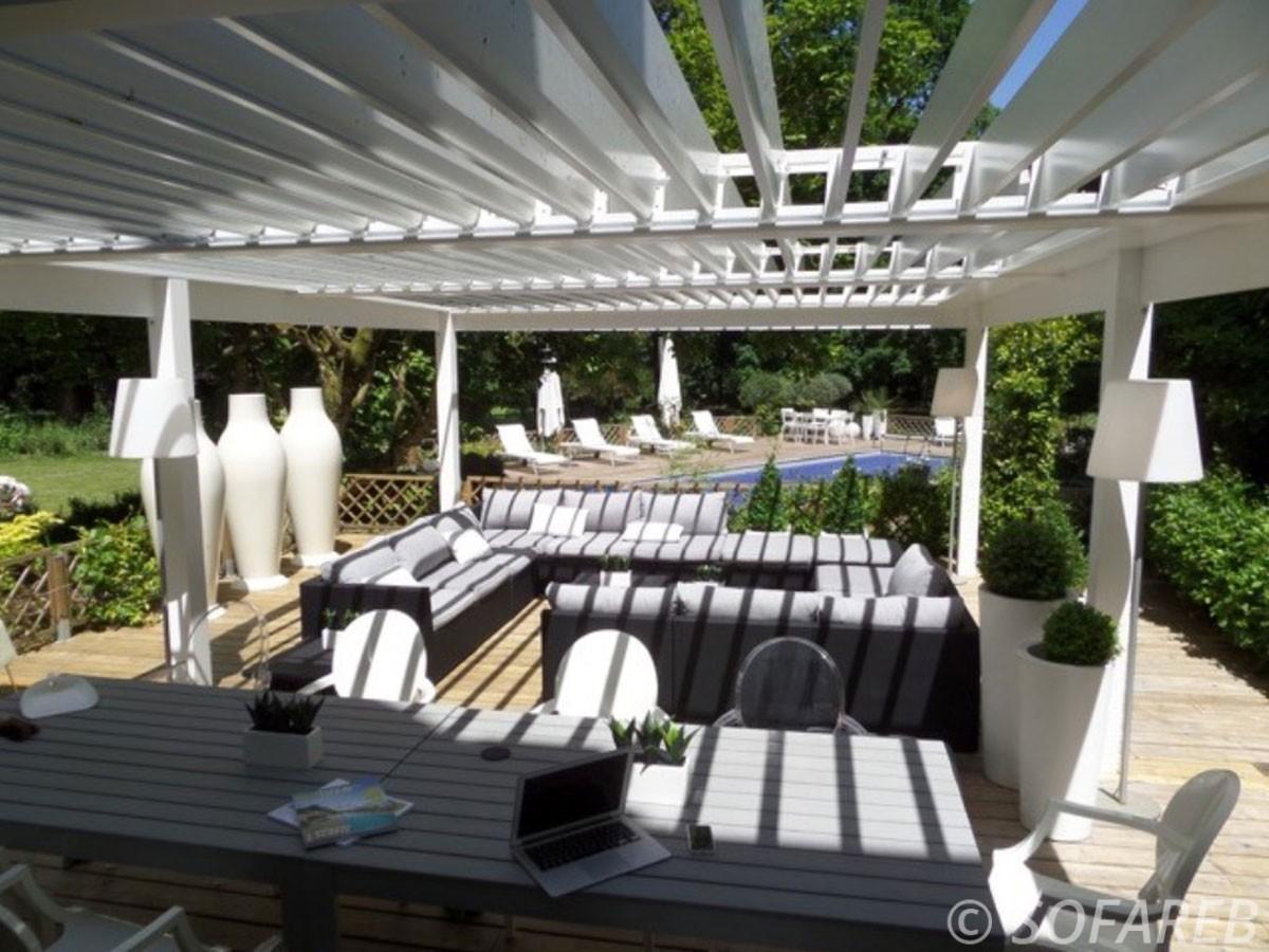 pergola-qualite-professionnelle-particulier-sur-mesure-mesures-vendée-qualité-france-française-Sofareb-local-expérience-structure-particulier-professionnels-protection-solaire-pergola-terrasse-exterieur-design-moderne-jardin-ombre-ombrage-abri-blanche-esthétique-canapé-extérieur