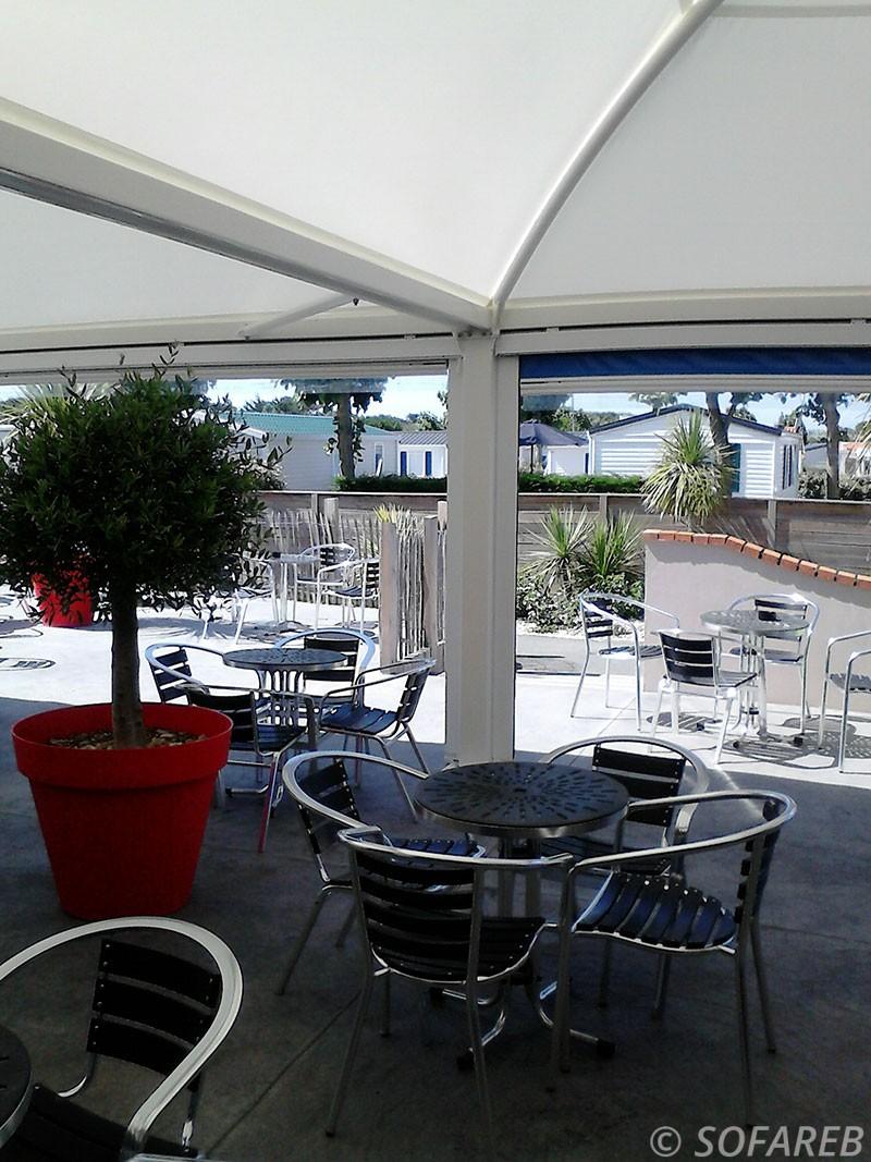pergola-qualite-professionnelle-particulier-sur-mesure-mesures-vendée-qualité-france-française-Sofareb-local-expérience-structure-particulier-professionnels-protection-solaire-pergola-terrasse-exterieur-design-moderne-jardin-ombre-ombrage-abri-lames-orientables-restaurant