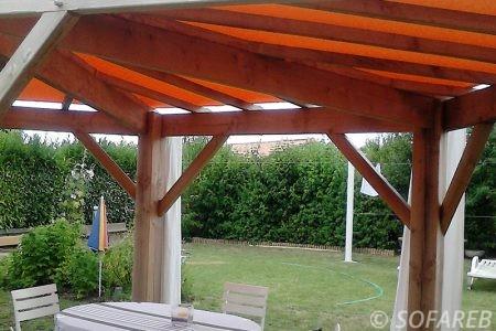 pergola-qualite-professionnelle-particulier-sur-mesure-mesures-vendée-qualité-france-française-Sofareb-local-expérience-structure-particulier-professionnels-protection-solaire-pergola-terrasse-exterieur-design-moderne-jardin-ombre-ombrage-abri-orange-bois-terrasse