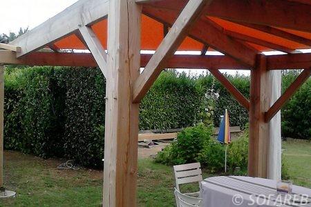pergola-qualite-professionnelle-particulier-sur-mesure-mesures-vendée-qualité-france-française-Sofareb-local-expérience-structure-particulier-professionnels-protection-solaire-pergola-terrasse-exterieur-design-moderne-jardin-ombre-ombrage-abri-bois-toile-tendue-orange