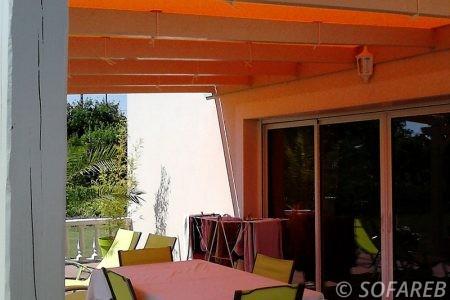 pergola-qualite-professionnelle-particulier-sur-mesure-mesures-vendée-qualité-france-française-Sofareb-local-expérience-structure-particulier-professionnels-protection-solaire-pergola-terrasse-exterieur-design-moderne-jardin-ombre-ombrage-abri-toile-tendue-orange-bois