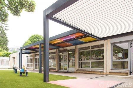 pergola métallique avec plaque colorée pour école primaire pergola bioclimatique blanche dans coure d'école primaire école pour enfant