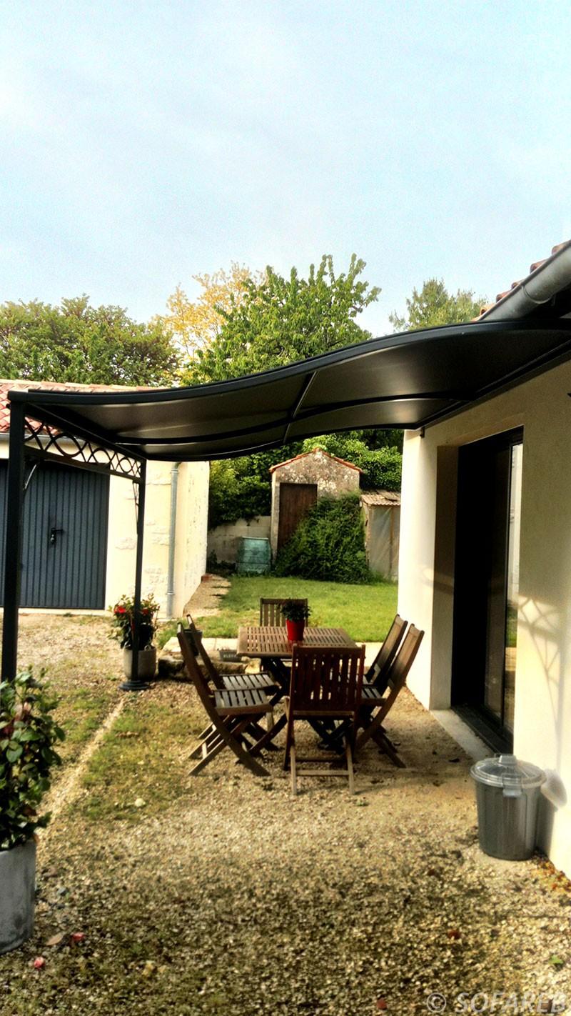 pergola-qualite-professionnelle-particulier-sur-mesure-mesures-vendée-qualité-france-française-Sofareb-local-expérience-structure-particulier-professionnels-protection-solaire-pergola-terrasse-exterieur-design-moderne-jardin-ombre-ombrage-abri-courbe