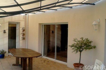 pergola métal et toile, adossé a une maison basique pour terrasse extérieur