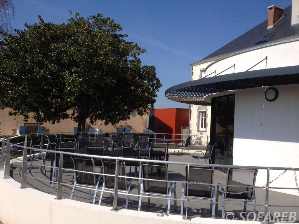 pergola-qualite-professionnelle-particulier-sur-mesure-mesures-vendée-qualité-france-française-Sofareb-local-expérience-structure-particulier-professionnels-protection-solaire-pergola-terrasse-exterieur-design-moderne-jardin-ombre-ombrage-abri-terrasse-restaurant