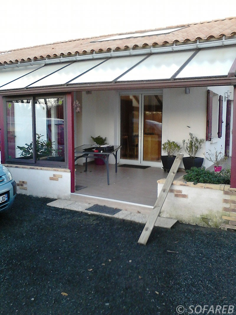 pergola rouge sur terrasse adossé à une maison pergola vitrée style veranda