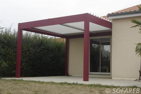 pergola bioclimatique bordeaux/blanche sur terrasse en face d'un jardin et d'une baie vitrée pergola autoportante