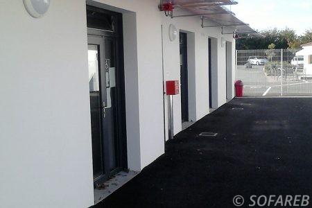 pergola style auvent en métal et en toile au dessus de portes extérieur d'un bâtiment professionnel pergola minimaliste