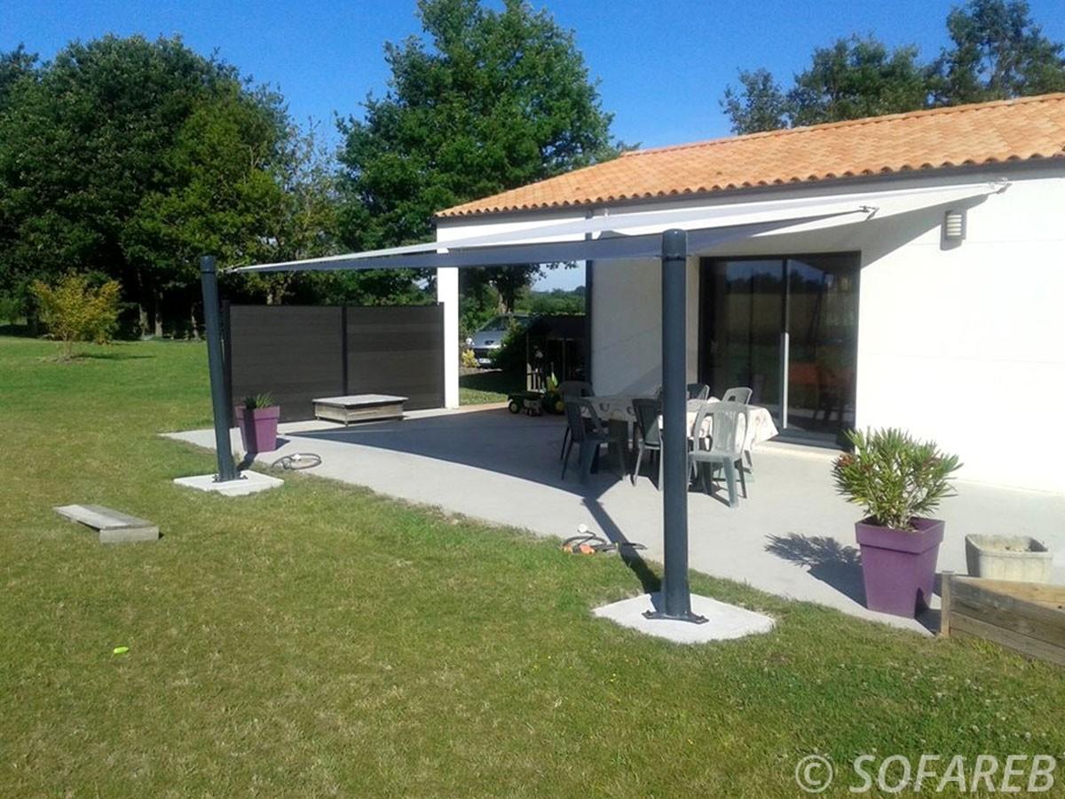 pergola adossé à une maison avec jardin et terrasse toile blanche avec terrasse ombragé