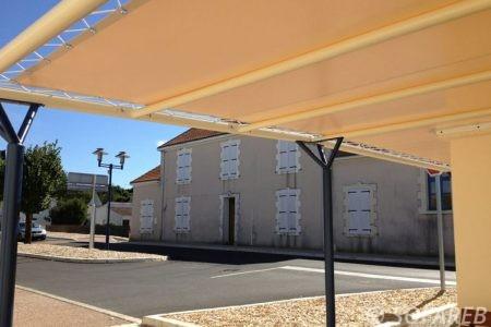 pergola en toile blanche adossé avec vue sur la rue pergola en extérieur avec barre métalique