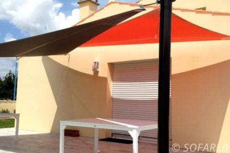 Voile d'ombrage rouge et noir terrasse maison