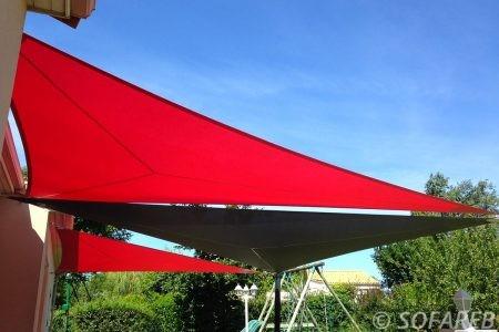 Voile d-ombrage rouge et noir terrasse maison