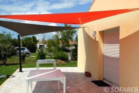 Voile d-ombrage rouge et marron terrasse maison