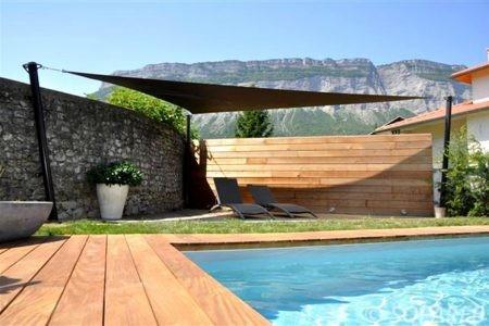 Voile d-ombrage marron bord de piscine