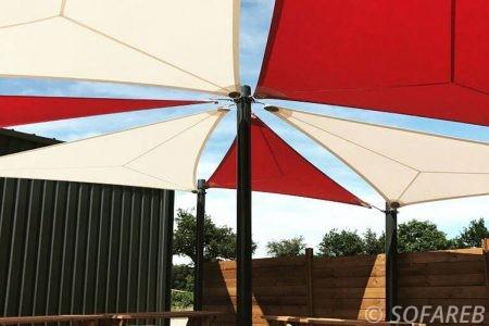 Voiles d'ombrage rouge et blanc terrasse restaurant design